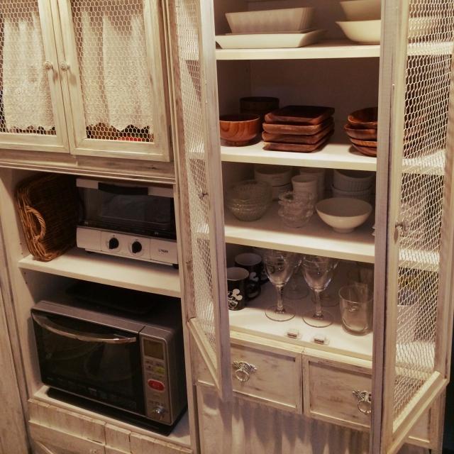 ホワイトシャビーの食器棚