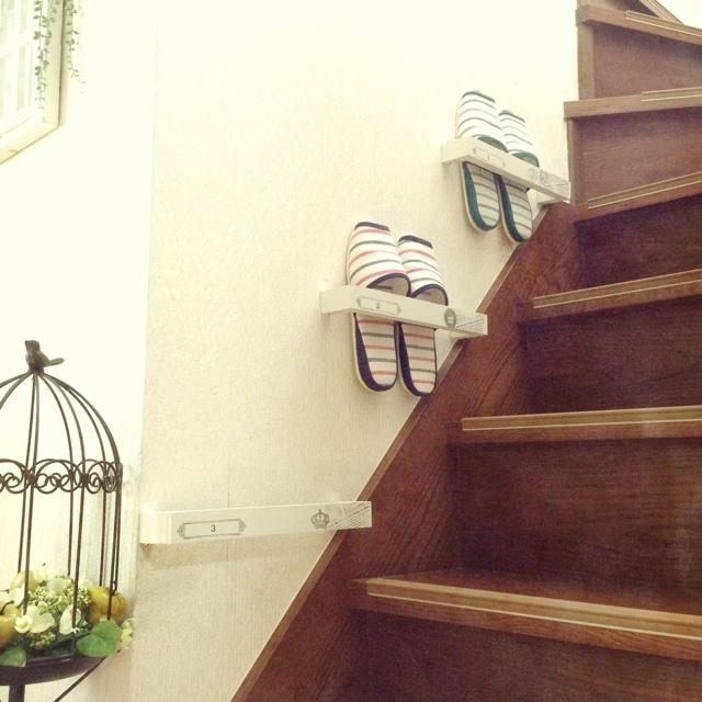 階段の壁を使って収納