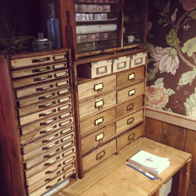 ⑦棚数の多い書類棚で種類別に整理する
