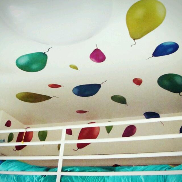 天井に風船の飛ぶ空が広がる♪