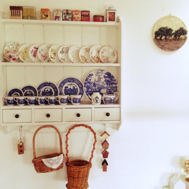 コレクションした食器や紅茶缶を美しく並べる