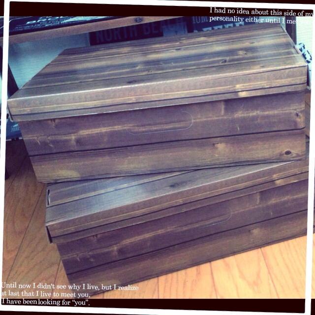 ダークな木目調のペーパーボックス