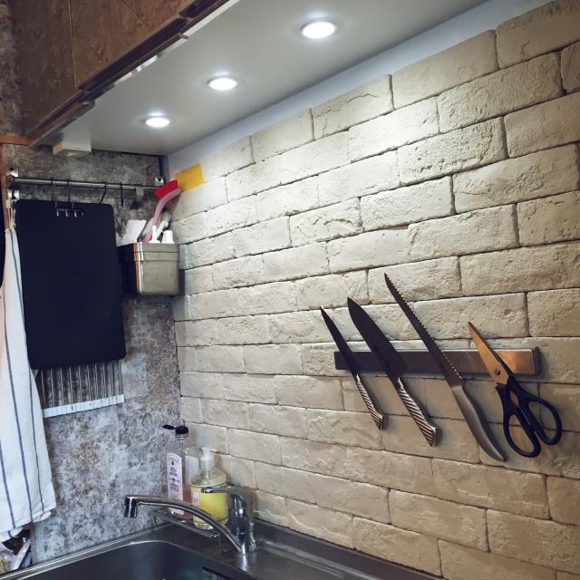 マグネットナイフラックとレンガタイル壁面