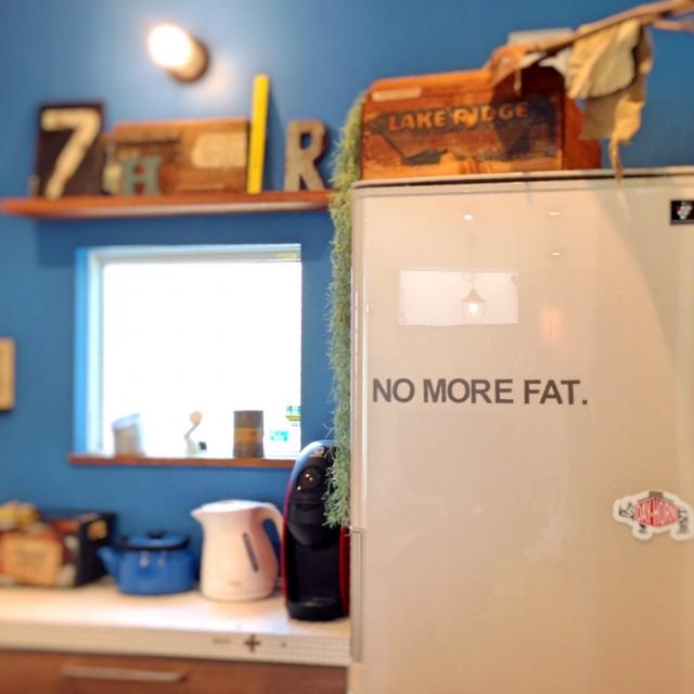壁のブルーと冷蔵庫の白が空のよう♪
