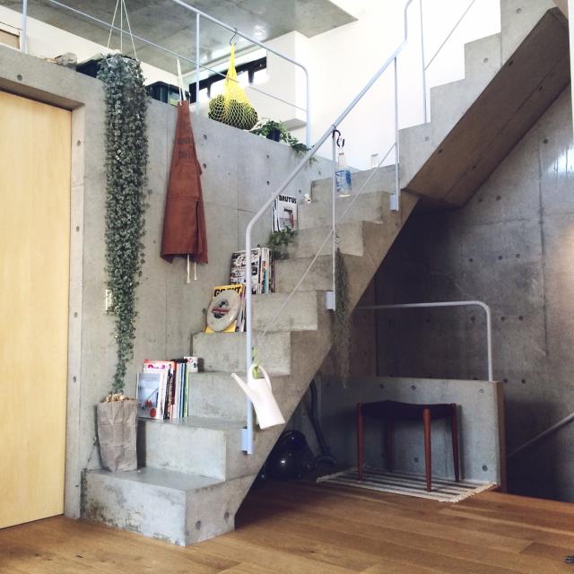 コンクリートの階段が家の中に