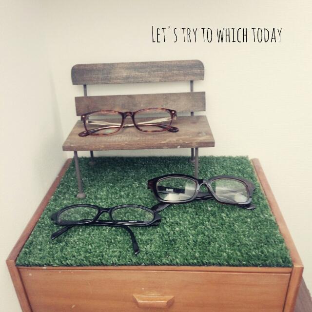 ベンチのミニチュアに眼鏡をディスプレイ