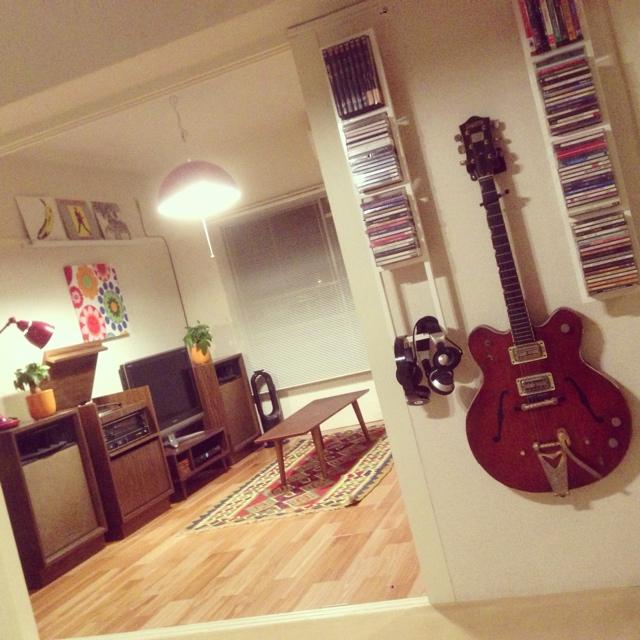 レコードプレイヤーとギター