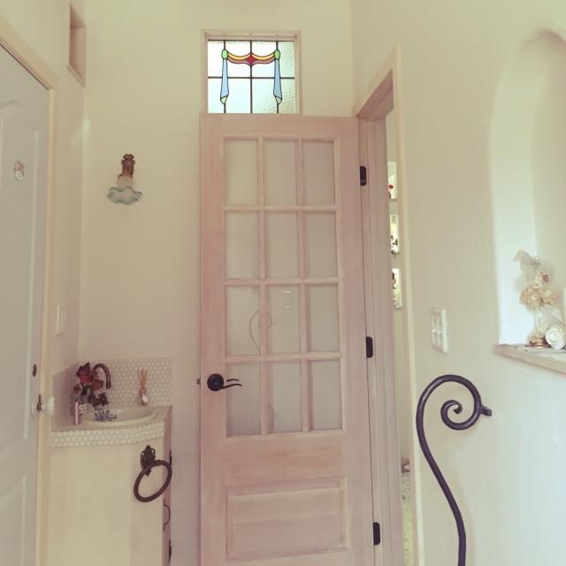 柔らかなピンクが映える玄関