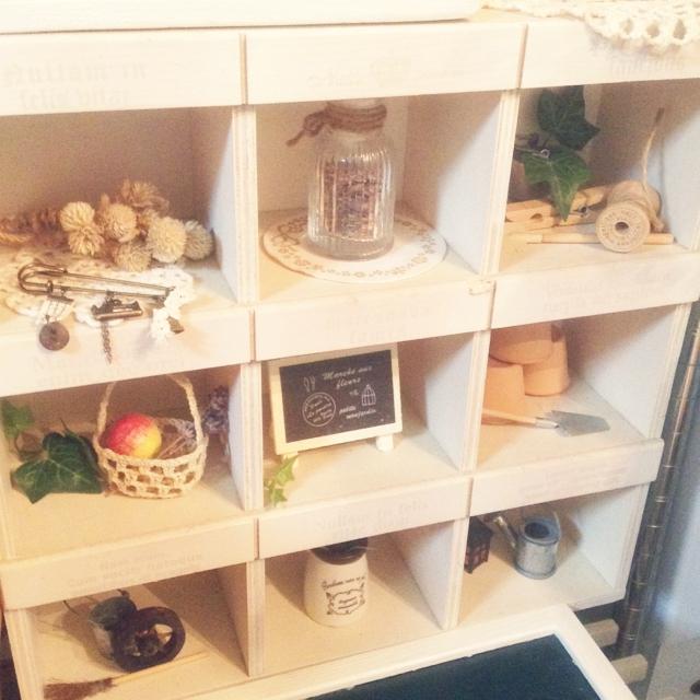 仕切りのある木箱にミニチュア雑貨を飾る