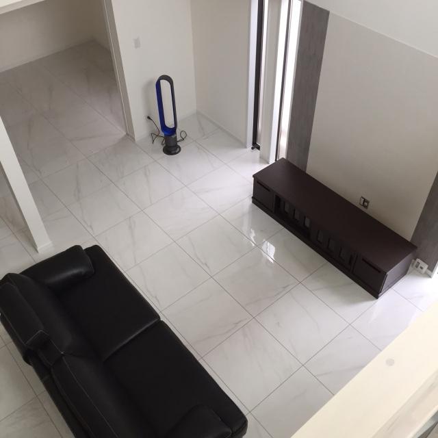 部屋は白、家具は黒
