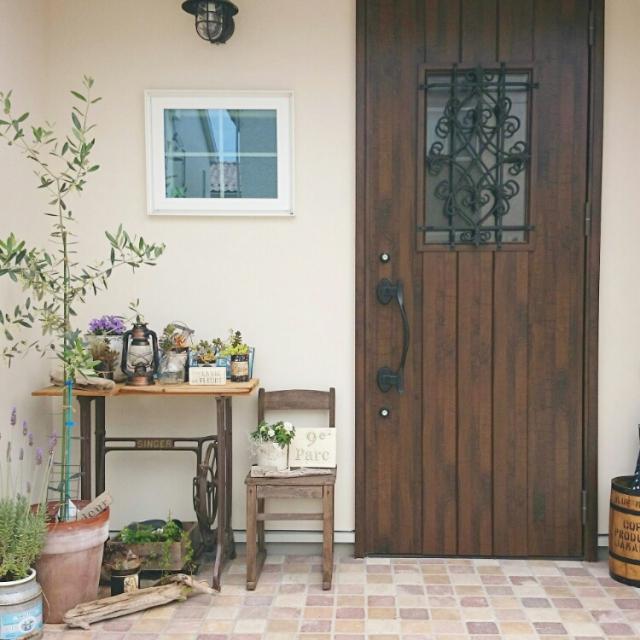 木とアイアンの組み合わせが美しいドア
