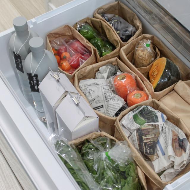 食材を見つけやすく、美味しく保存!野菜室の賢い収納法