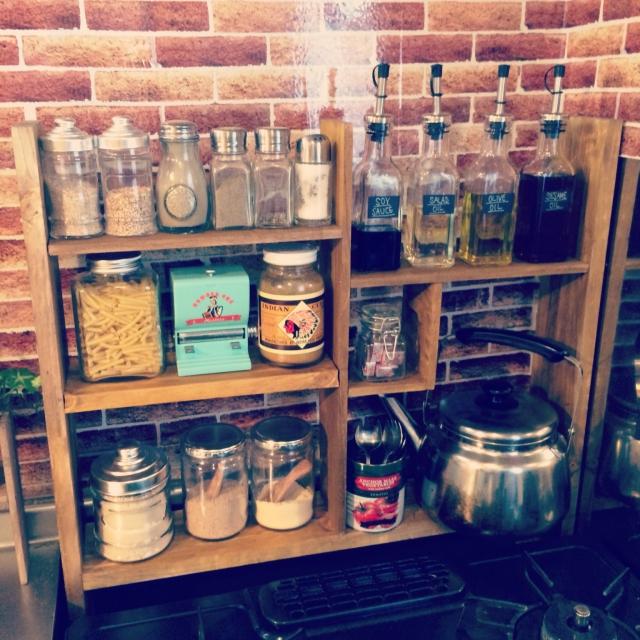 キッチンタイムが楽しくなる!並べて飾れるスパイスラックのDIY♪