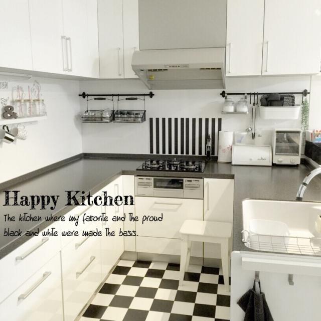 コの字型のモノトーンキッチン