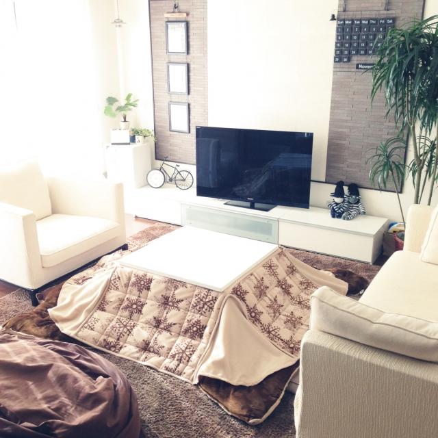 壁や家具が白で床が茶系のこたつ部屋