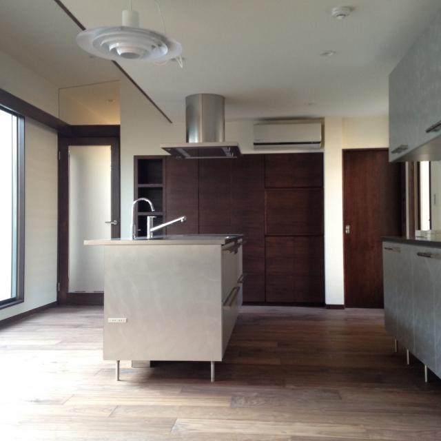 すっきりデザインの家具のような一体型アイランドキッチン