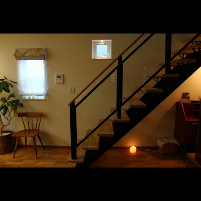机と間接照明を置いてくつろぎの空間に