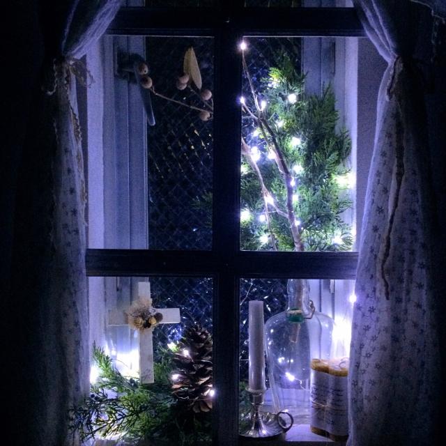 窓辺をイルミネーションでロマンチックに