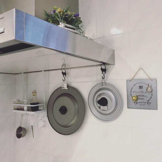 スペースと便利グッズをフル活用!鍋やフライパンの蓋収納