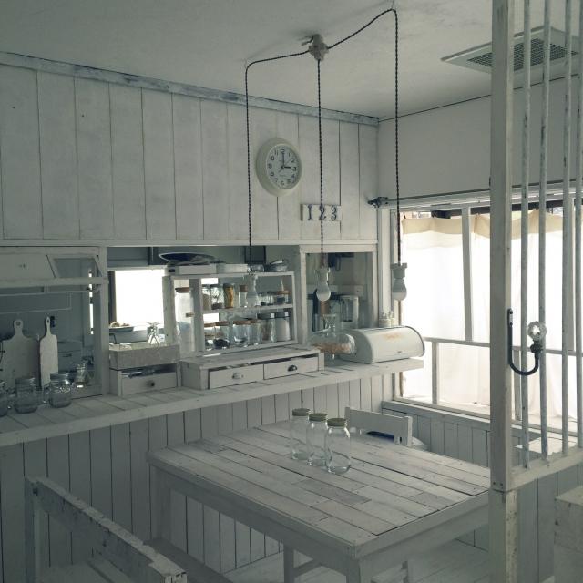 壁や床と同じ質感のホワイトテーブル