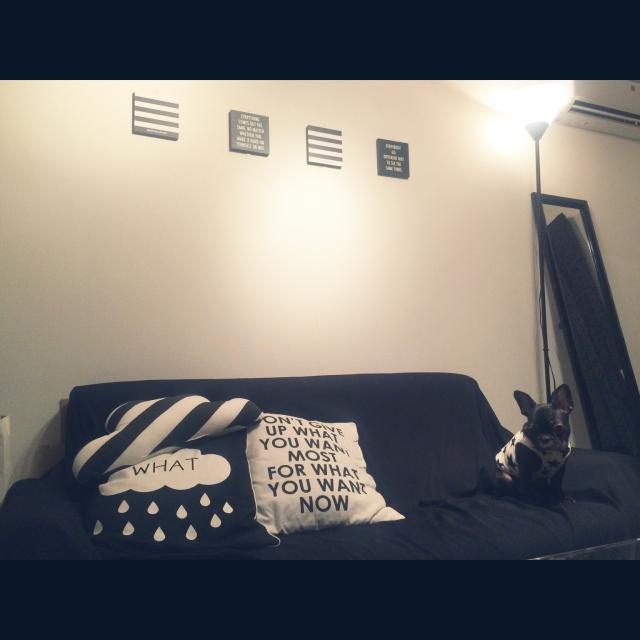 黒いソファと間接照明でムーディーに