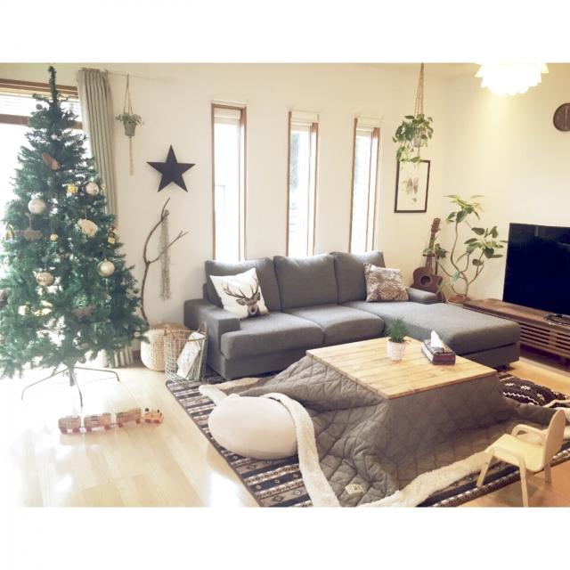 大きなクリスマスツリーのあるこたつ部屋