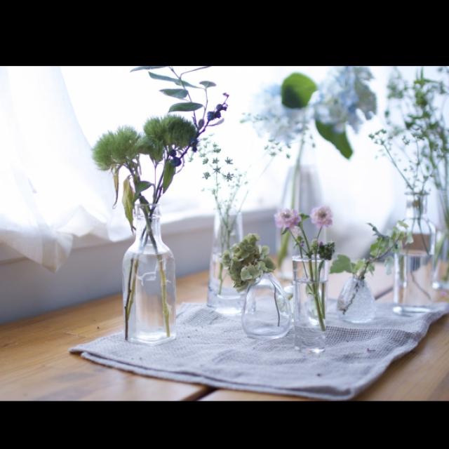 小さな花器にたくさんの花