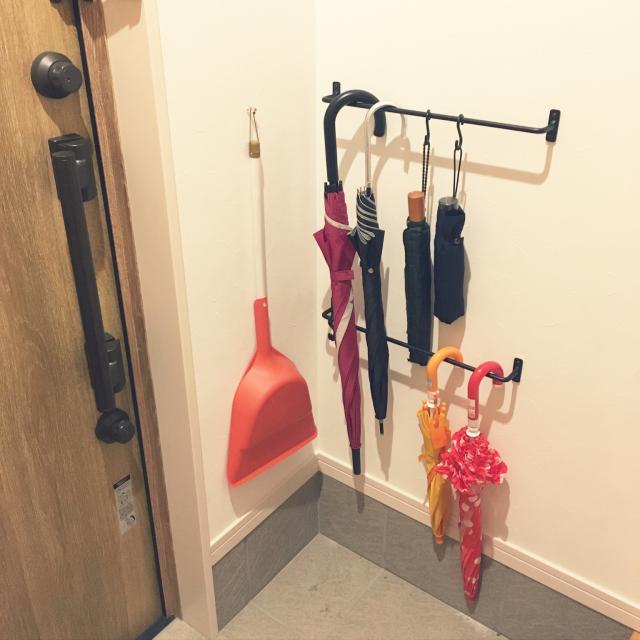 これは便利!玄関の傘をキレイに片付けられる色々なもの