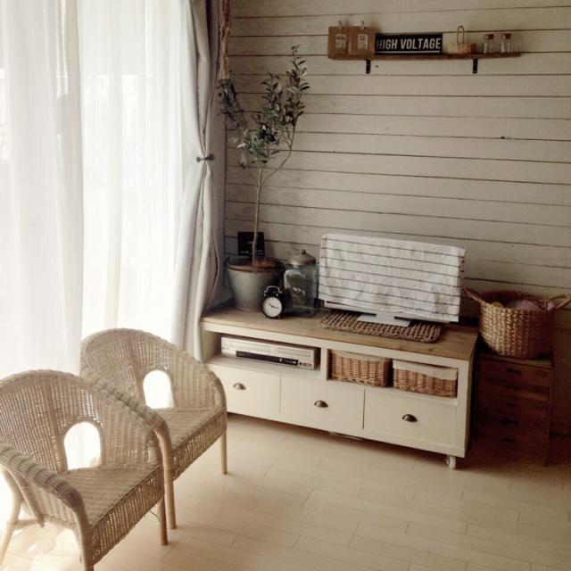飾り棚を広めに取りたい時は、目線より上に置く。
