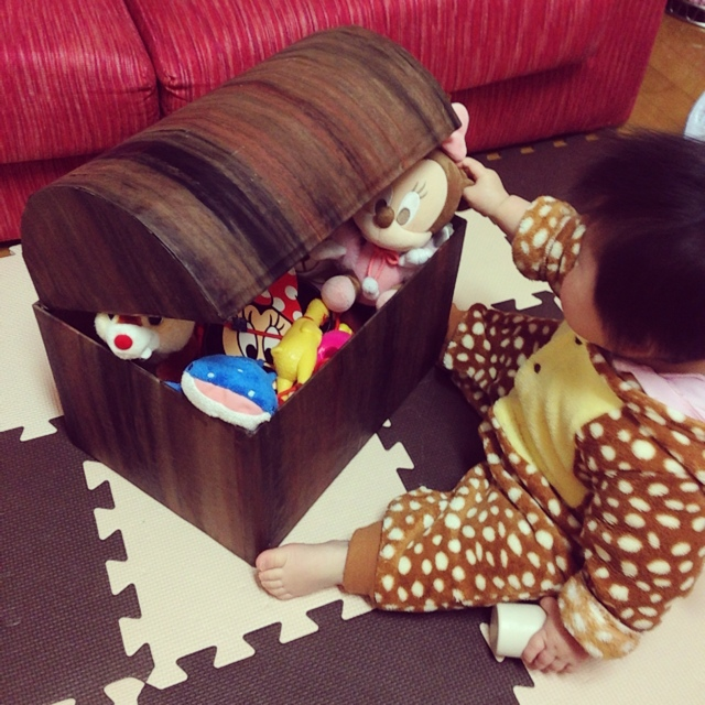 段ボールの宝箱風おもちゃ箱