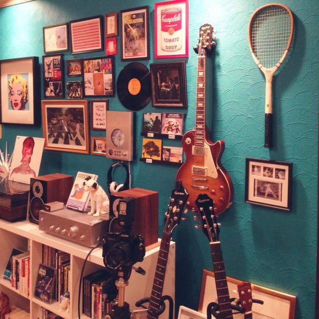 ターコイズ色の壁紙がかっこいいギター部屋