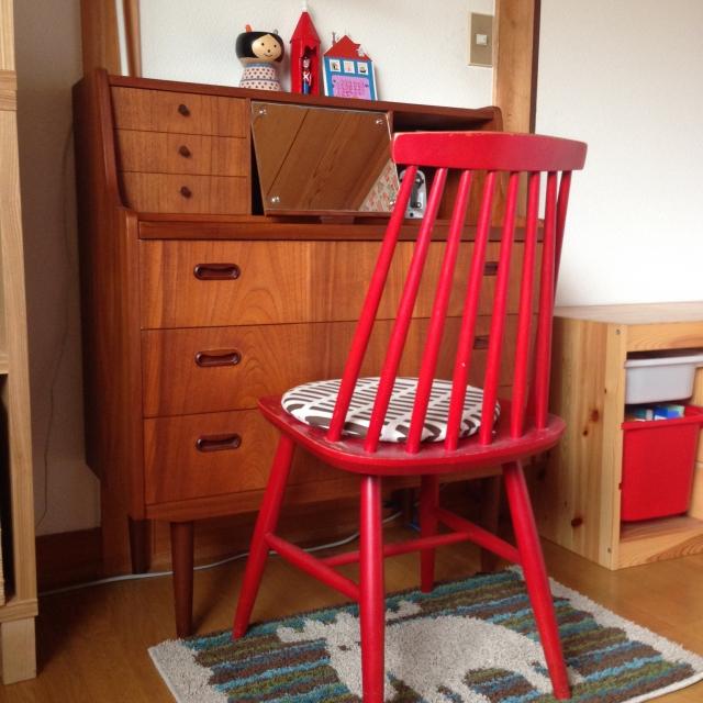 赤いチェアは子供部屋にも