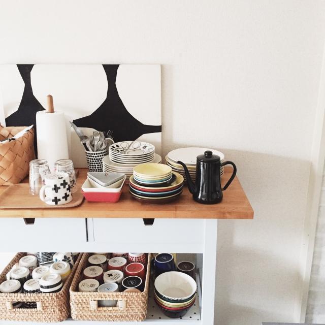 お皿やカップをキッチンに並べて置こう