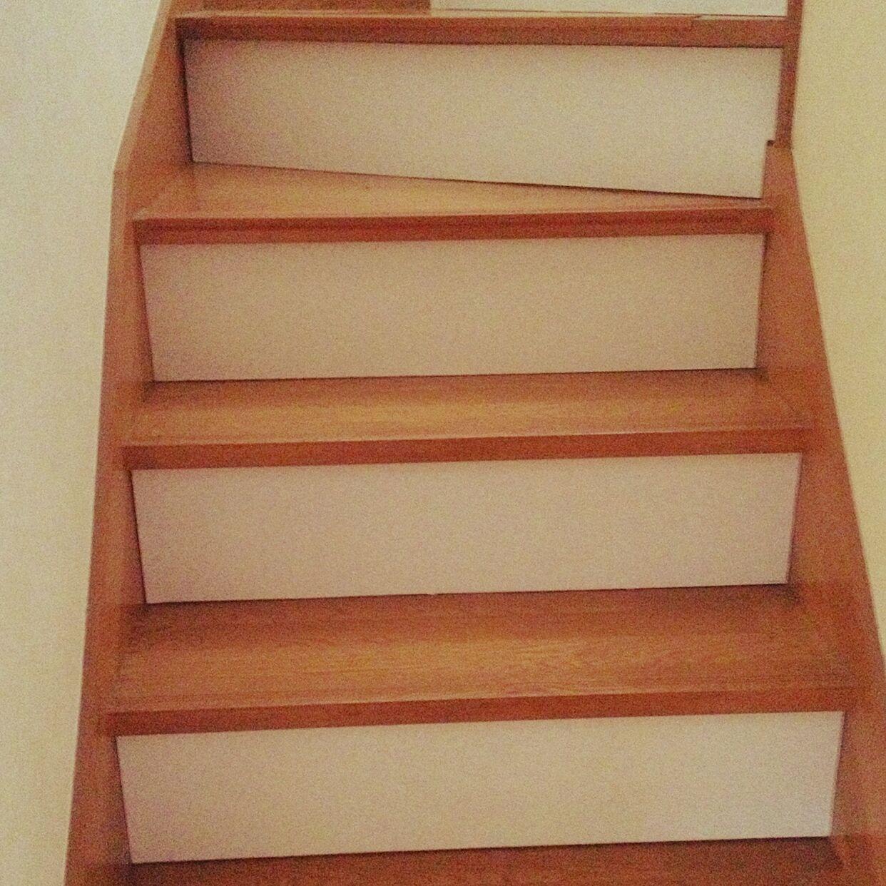 こちらは、ベニヤ板を貼って階段をリメイクしています。元々の階段の色とツートンカラーカラーでオシャレになっただけでなく、明るさもアップしています。
