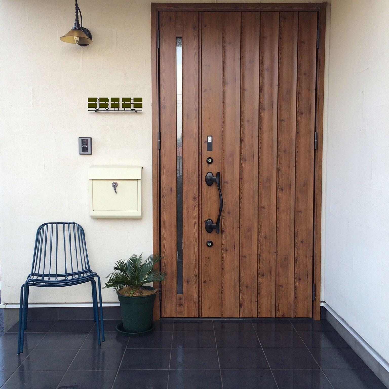 女性で、2LDKの玄関/入り口/francfranc椅子/リクシル玄関ドア/玄関/観葉植物…などについてのインテリア実例を紹介。