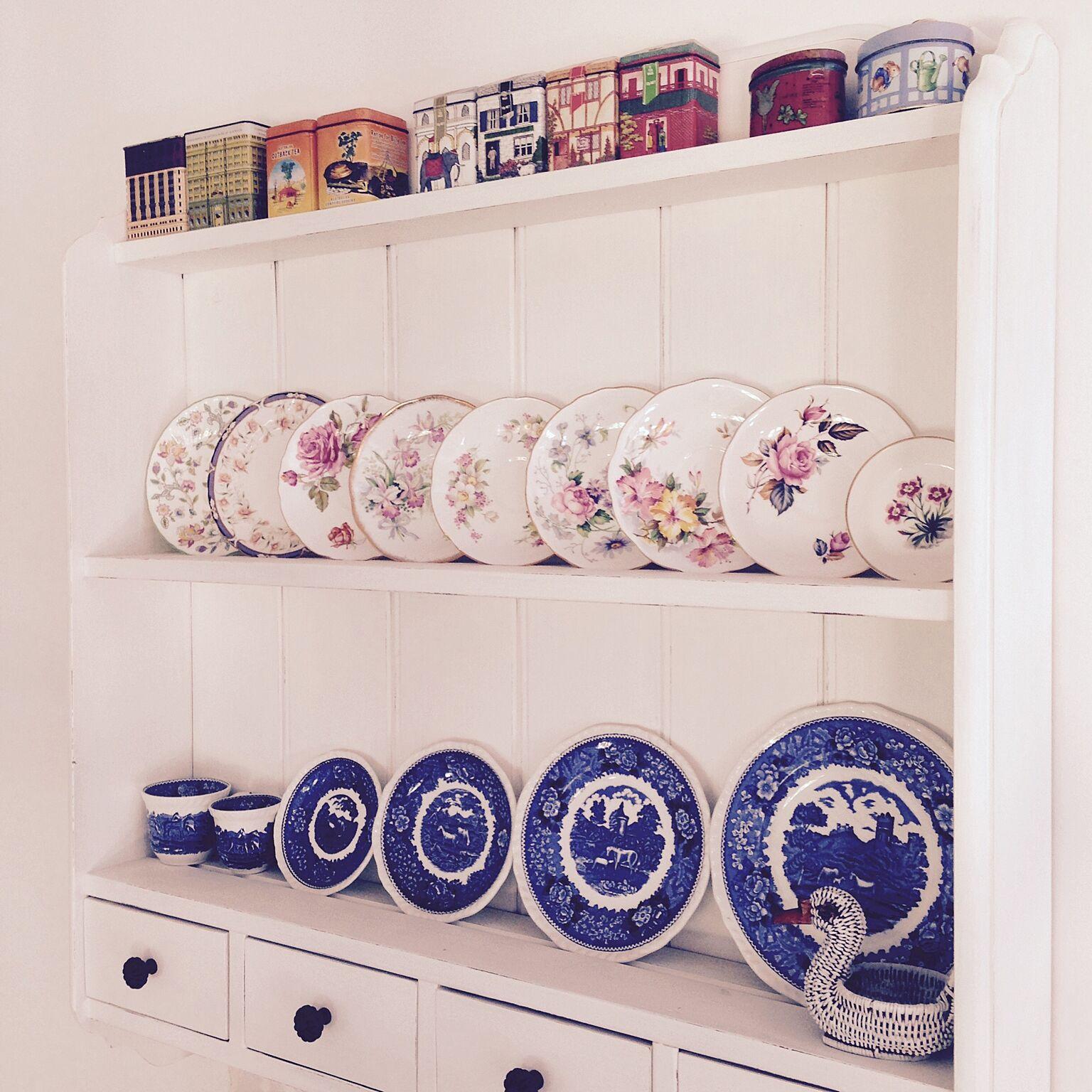 紅茶缶と一緒におしゃれなボーンチャイナのコレクションを並べるのもよいでしょう。ボーンチャイナのティーセットやプレートは、普段使い用のものだけではなく飾るために購入している人もたくさんいるでしょうから、見せる収納のために専用の棚を設置するのがおすすめです。