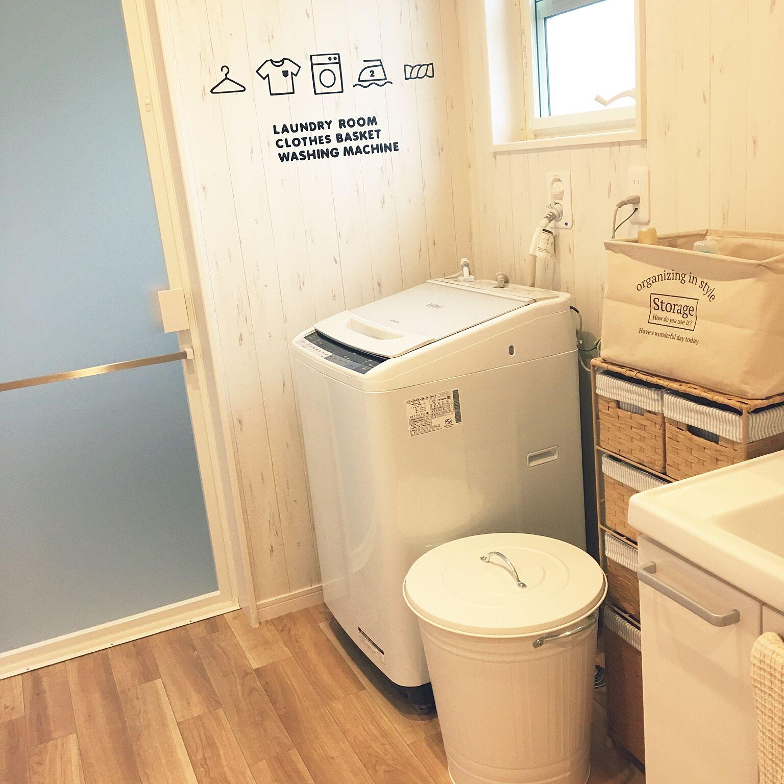 こちらはランドリー専用の棚を洗濯機の隣に置いて収納しているアイディアです。バスケットなどを使ってこまごましたものも見えないように収納。