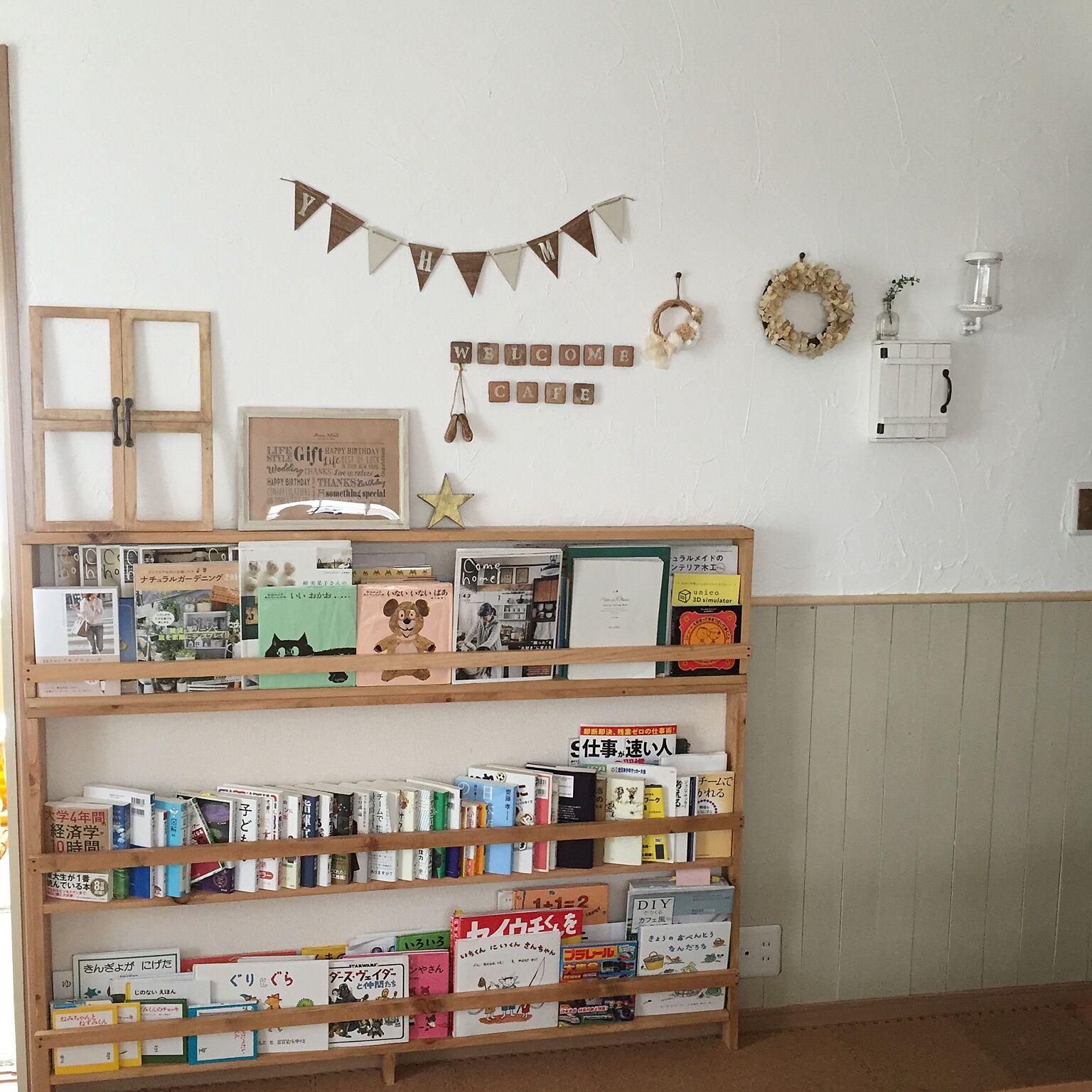 女性で、4LDK、家族住まいのモモナチュラル/本棚DIY/リース/セリア/漆喰壁DIY/DIY…などについてのインテリア実例を紹介。