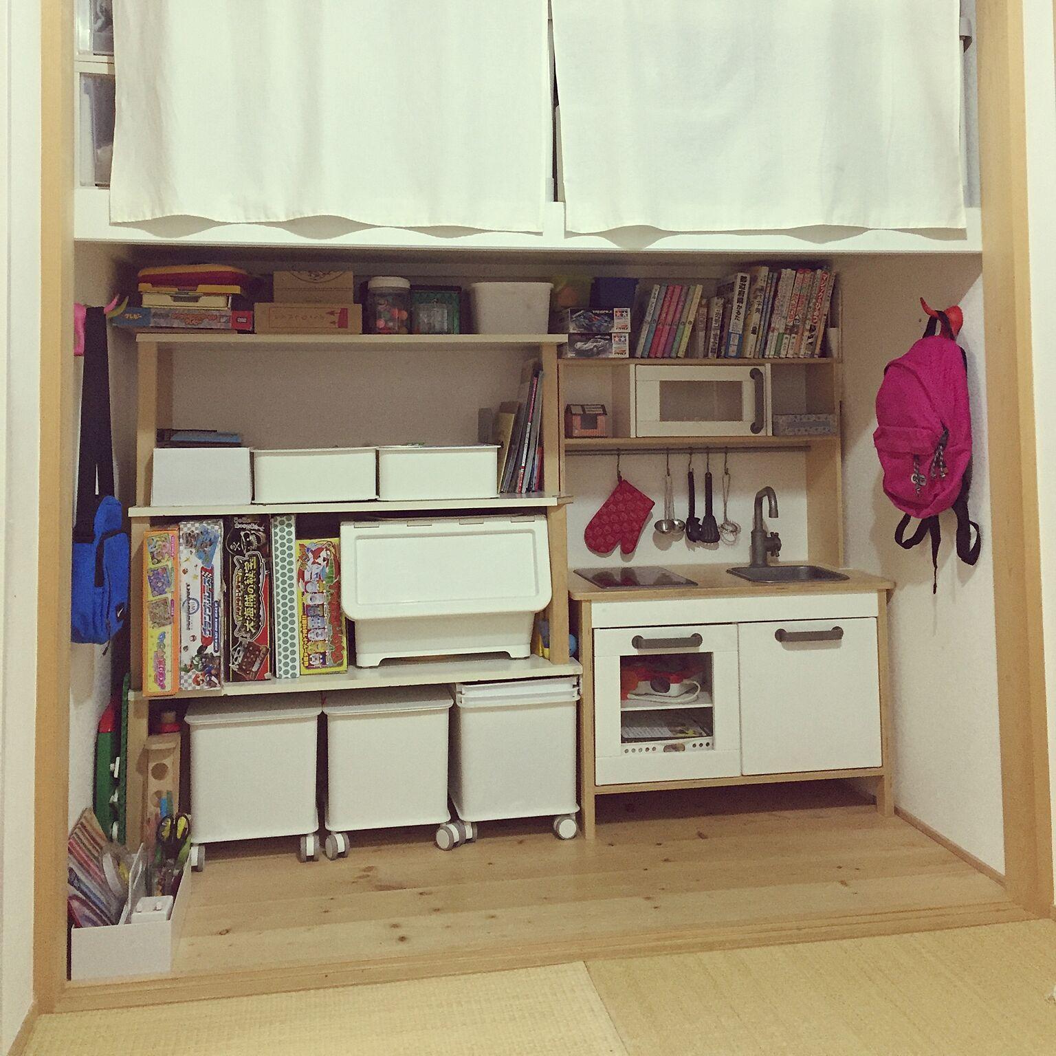 和室の押入れにおままごとキッチンを置いて遊び場に。他のおもちゃ類もすっきり収納して、機能的な収納場所として活用してますね。