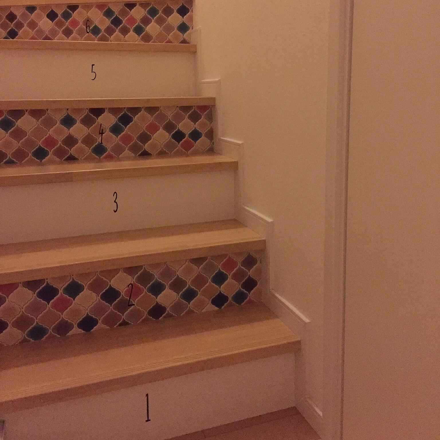 こちらは、コラベルタイル風の壁紙シートを使用しています。すべての階段に貼らずに余白を残したことにより、柄の良さがより引き立っていますね。