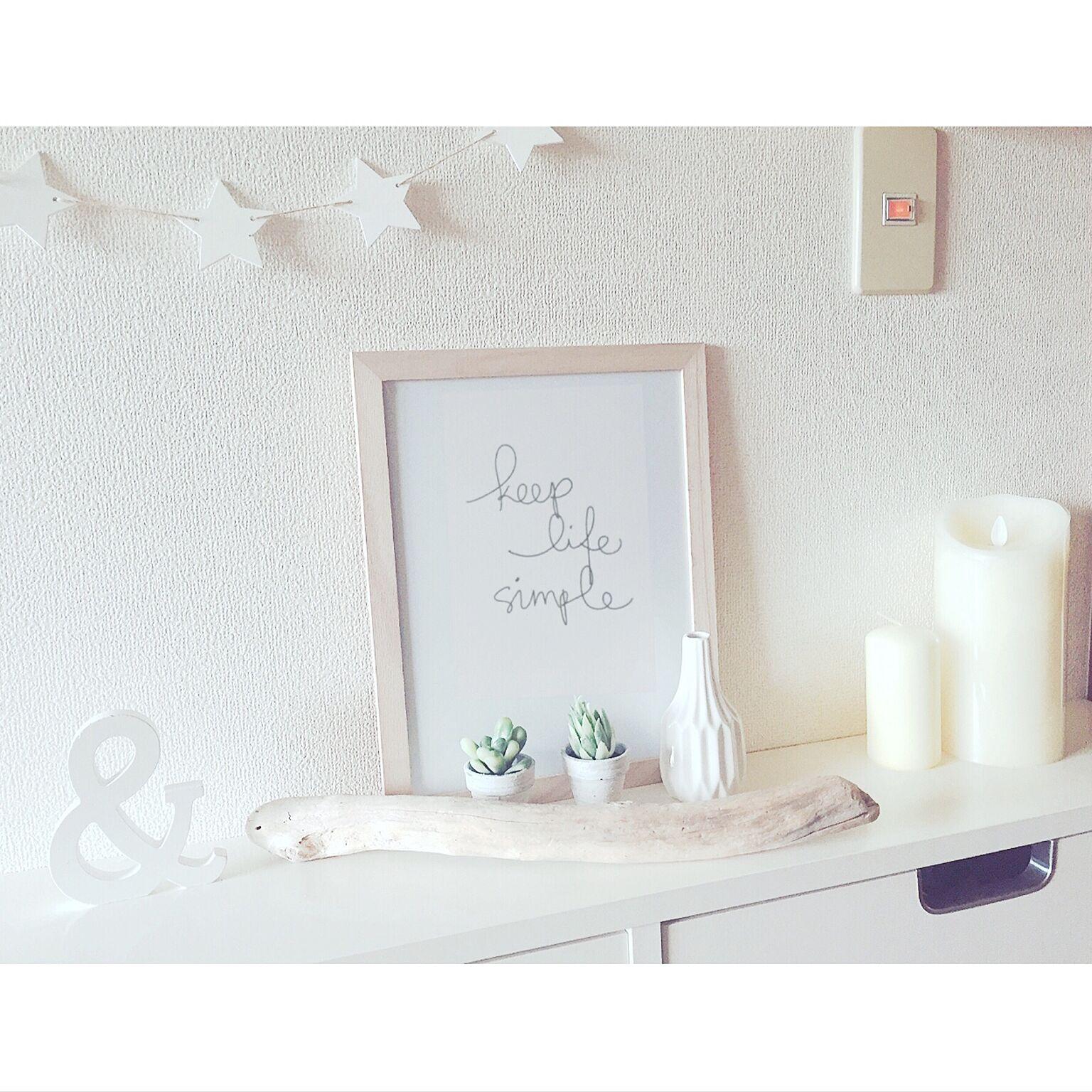 オブジェとして花瓶だけで飾っても可愛いですね♪白で統一された爽やかなオブジェコーナーは春インテリアにピッタリです♡