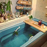 ウッドサインボード/ブルーのバスタブ/バストレー/ミント風呂/海を感じるインテリア/ビーチスタイル…などのインテリア実例