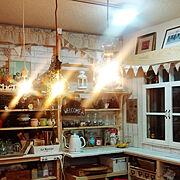 カフェコーナー/カフェ風インテリア/電気ケトル/手作りガーランド/窓枠DIY/IKEAの照明…などのインテリア実例