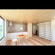 Lounge/和紙壁紙/造作棚/天井板張り/無垢フローリング/リビングからのキッチン…などのインテリア実例