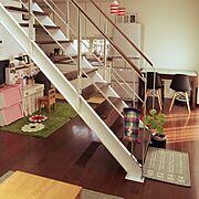 IKEAラグ/カバコ/キッチン側配置換えしました/リビング階段/イームズチェアリプロダクト/ダイニングテーブル …などのインテリア実例