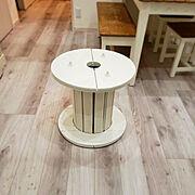 ケーブルドラムのテーブルのインテリア実例写真
