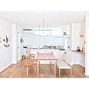 明るいキッチン/高窓/リビングからの眺め/ペニンシュラキッチン/白い家/アクシス照明…などのインテリア実例