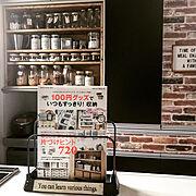 カップボードリメイク/調味料棚DIY/魅せる収納/レンガ壁紙/100円グッズ/収納…などのインテリア実例