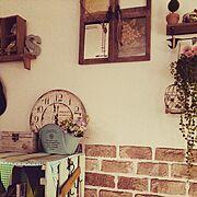 飾り棚/本棚の上です。/フェイクグリーン/鳥かご/レンガ調の壁紙/セリア…などのインテリア実例