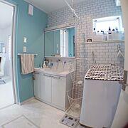 洗濯かご/洗面台/ナスタランドリーポール/ティファニーブルーの壁紙/タイル風壁紙…などのインテリア実例